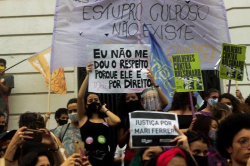 Mulheres no ato Justiça por Mari Ferrer no Rio de Janeiro. Foto: Vinicius Ribeiro/Fotoguerrilha